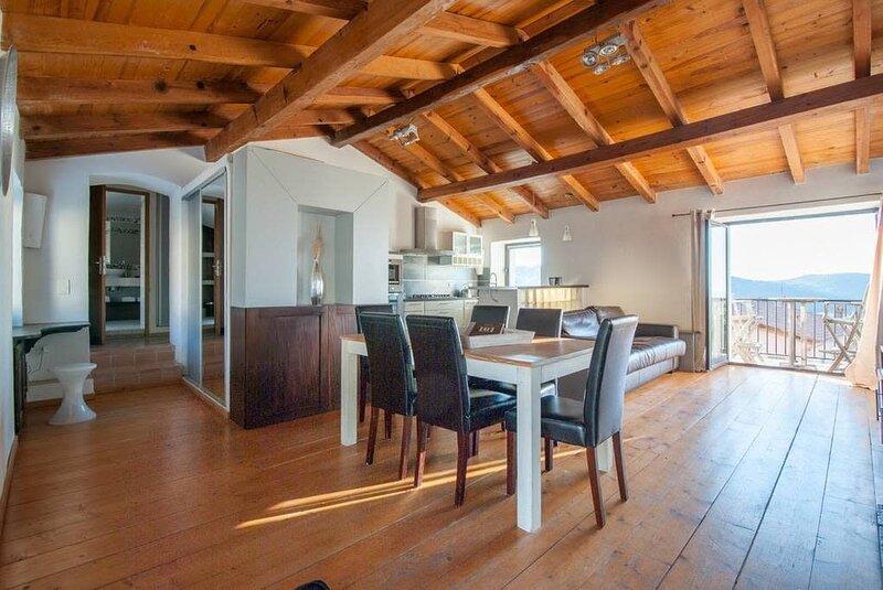 Très bel appartement 'celu' : ambiance village et belle vue, holiday rental in Calenzana