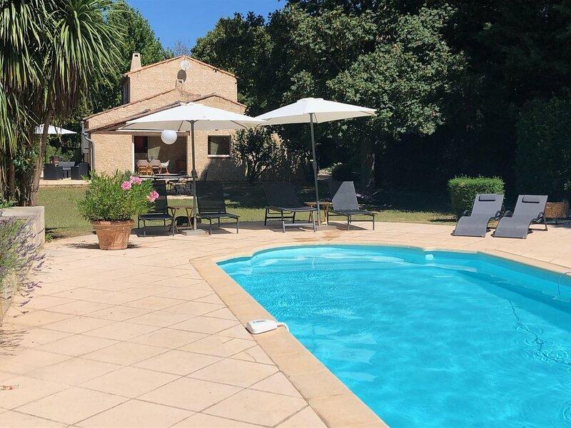 Maison tout confort avec piscine et tennis privés au coeur de la provence verte, holiday rental in Ollieres