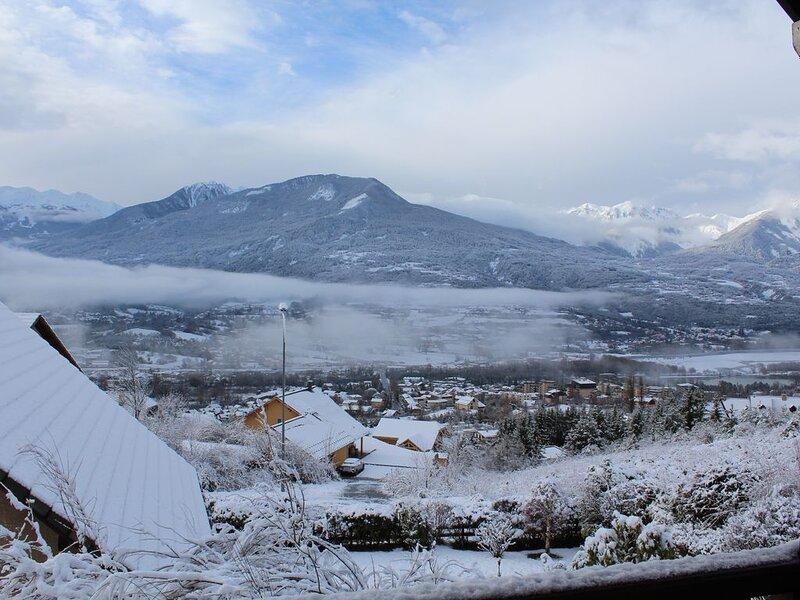 Jolie maison lumineuse, au calme, superbe vue montagnes et lac, holiday rental in Puy-Sanieres