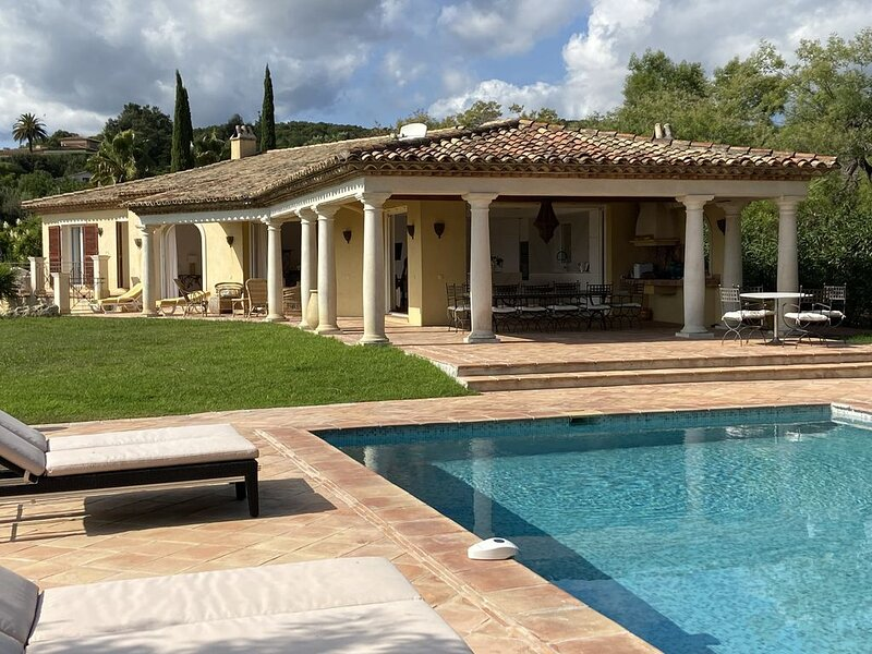 Villa spacieuse, piscine, dans Golf de Beauvallon, belle vue sur mer. Plage 5 mn, holiday rental in Grimaud