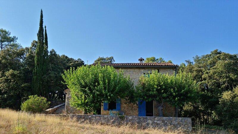 Jolie maison de campagne, terrasse ombragée, rivière à proximité, holiday rental in Entrecasteaux