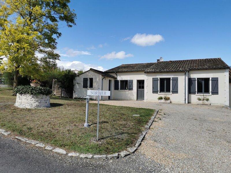 Le Sorbier - Villa charmant avec piscine privé, location de vacances à Parcoul