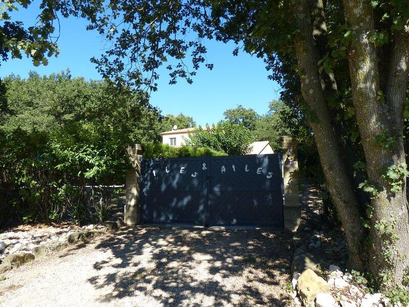 Mas de 140 m2 (8 pers.), Piscine lagon (7 x 11 m.), 2500 m2 arboré & cloturé, holiday rental in Saint-Laurent-La-Vernede