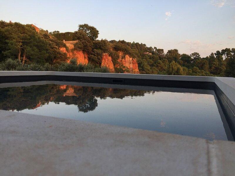 Maison XVIIIe restaurée avec  vue unique sur  falaises d'Ocre du Val des Fées, holiday rental in Roussillon