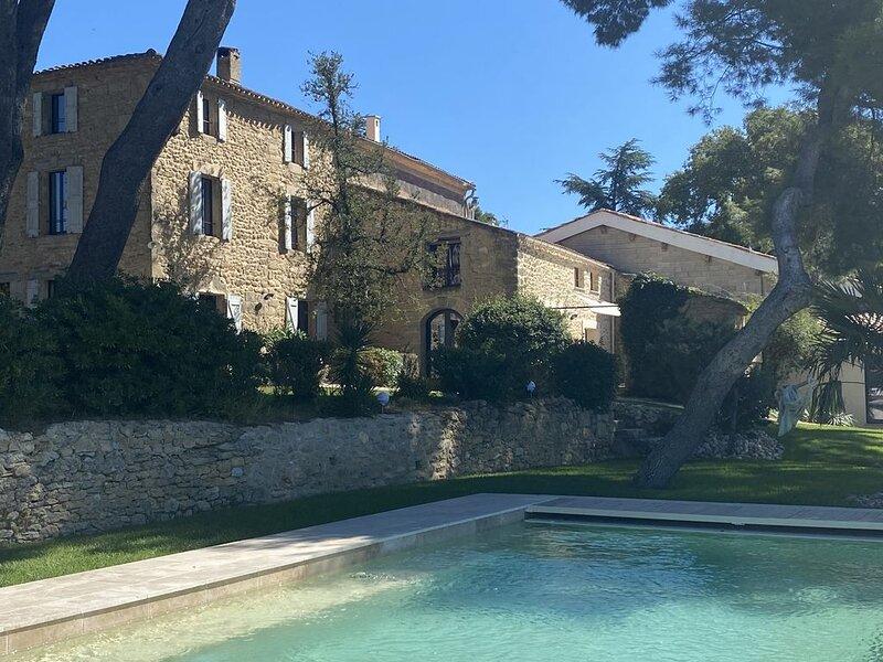 Maison de caractère sous les pins avec piscine et vue, location de vacances à Le Pouget