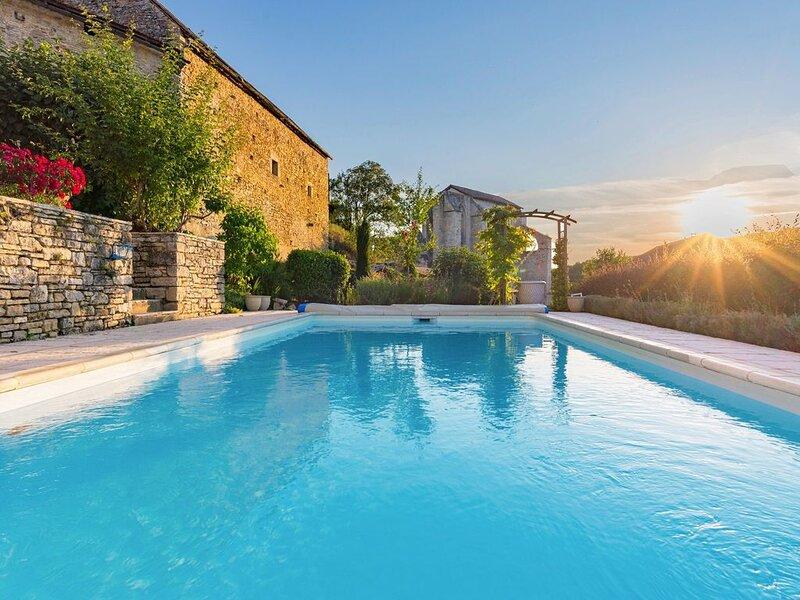 Maison  de vacances comprenant une piscine avec vue sur monument historique, location de vacances à Saint-Aubin-de-Nabirat