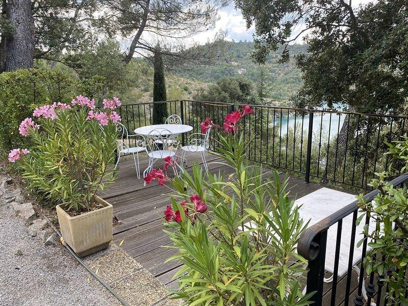 Le Cabanon de Naïs , joli cottage type 2 et sa terrasse vue sur le Lac, holiday rental in Valensole