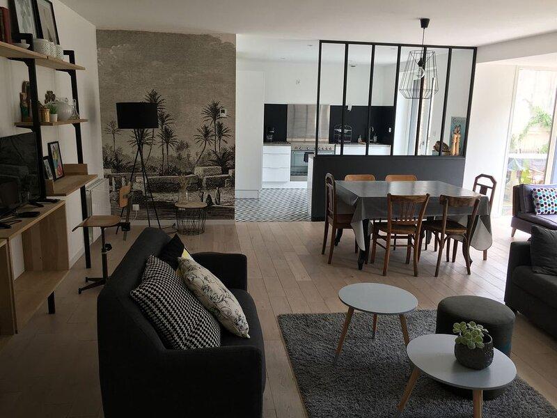 Grand appartement de 60m2 avec terrasse quartier St-Enogat - DINARD, vacation rental in Dinard