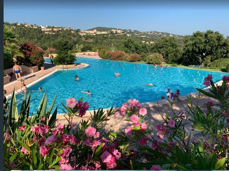 JOLI MAZET CLIMATISE TRAVERSANT APERCU MER - TERRASSE - PARKING - WIFI COMMU, holiday rental in Roquebrune-sur-Argens