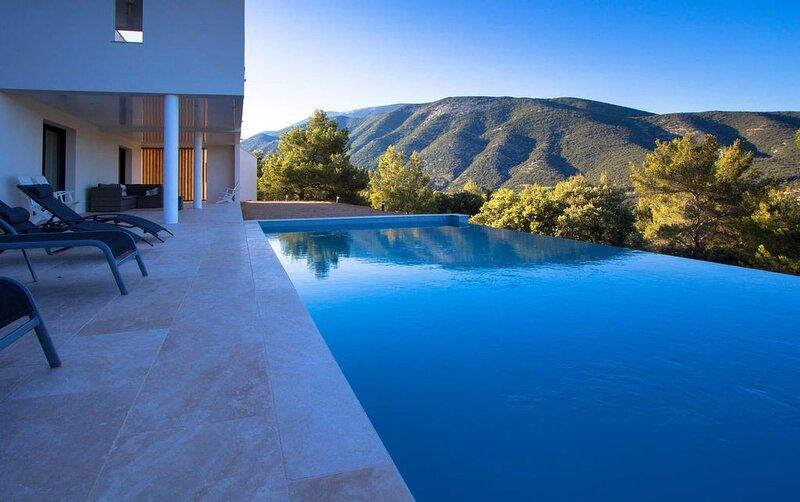 Superbe villa moderne avec vue imprenable sur le ventoux, holiday rental in Eygaliers
