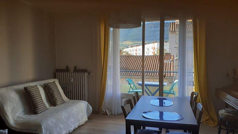 Chez marraine, trois pièces lumineux et douillet en centre ville, vue Causses, aluguéis de temporada em La Roque-Sainte-Marguerite