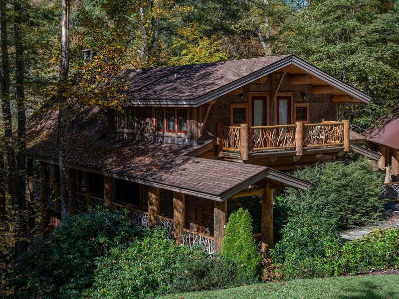 Red Stag Lodge in Eagles Nest - Hot tub, game room, outdoor fireplace, summer co, holiday rental in Roan Mountain
