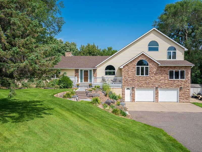 MINNESTAY* Manor on the River ★ Hot Tub ★ Expansive Deck ★ Pontoon Rental ★ Work, vacation rental in Brooklyn Park