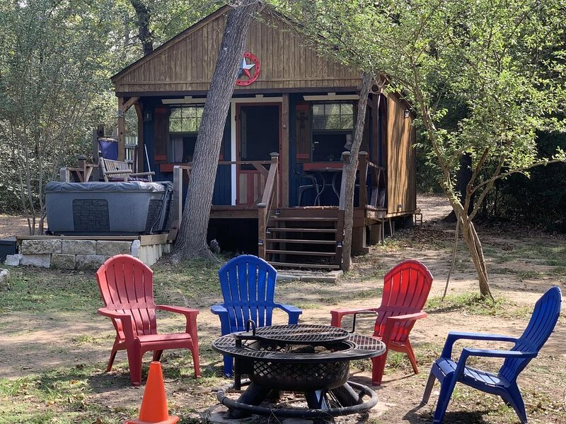 Private Cabin with hot tub. Nestled in the Woods just off Lake Limestone, Texas., holiday rental in Buffalo