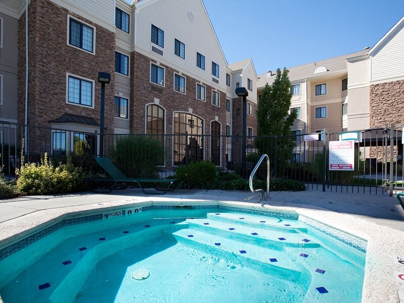 Equipped Cherry Creek Suite | Outdoor Pool, Shared Hot Tub + Gym Access, location de vacances à Glendale