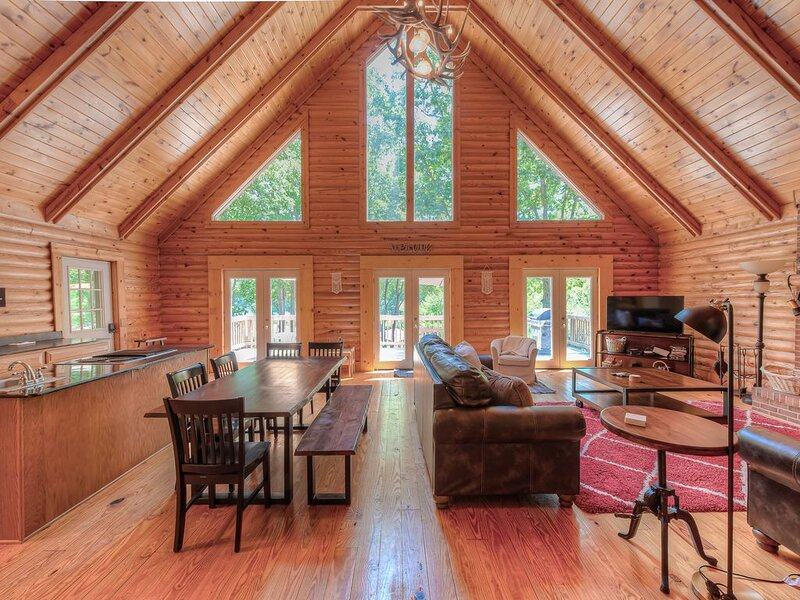 Family-friendly lakefront home w/ pool table and private dock!, holiday rental in Mineral