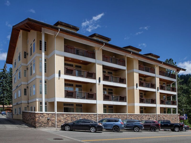 Luxurious Two-Story Penthouse Condo W/Private Patio & Breathtaking Mtn Views, vacation rental in Leavenworth