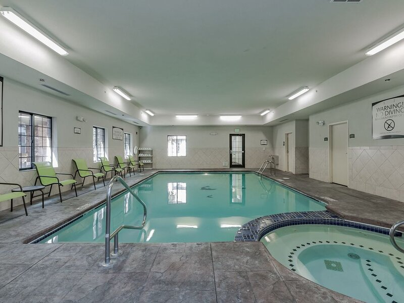 Equipped Suite Near Notre Dame | Free Breakfast, Gym + Pool Access, holiday rental in Niles