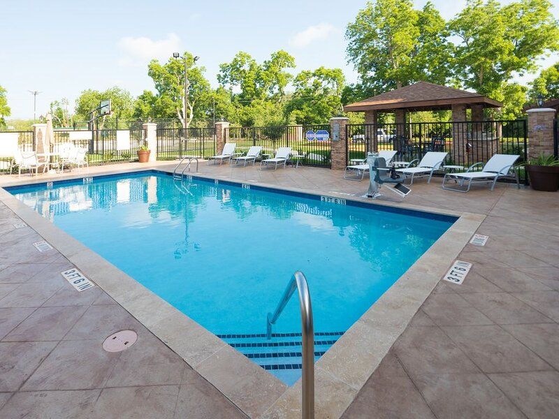 Great Location! Outdoor Pool. Free Breakfast. Gym., alquiler vacacional en Brazoria