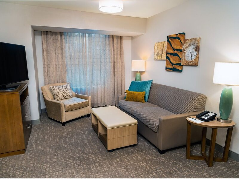 Free Breakfast + Indoor Pool + Hot Tub | Easy Access to North Idaho College, holiday rental in Post Falls