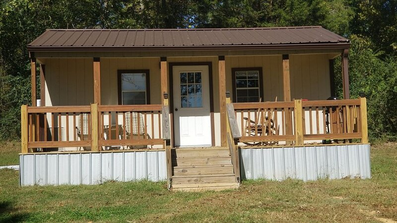 Tiny Cabin just 1/4 mile from Kentucky Lake! Just 33 miles to Loretta Lynn Ranch, location de vacances à Big Sandy