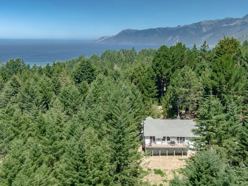 New listing! Family-friendly home near the beach w/ a furnished deck, holiday rental in Shelter Cove