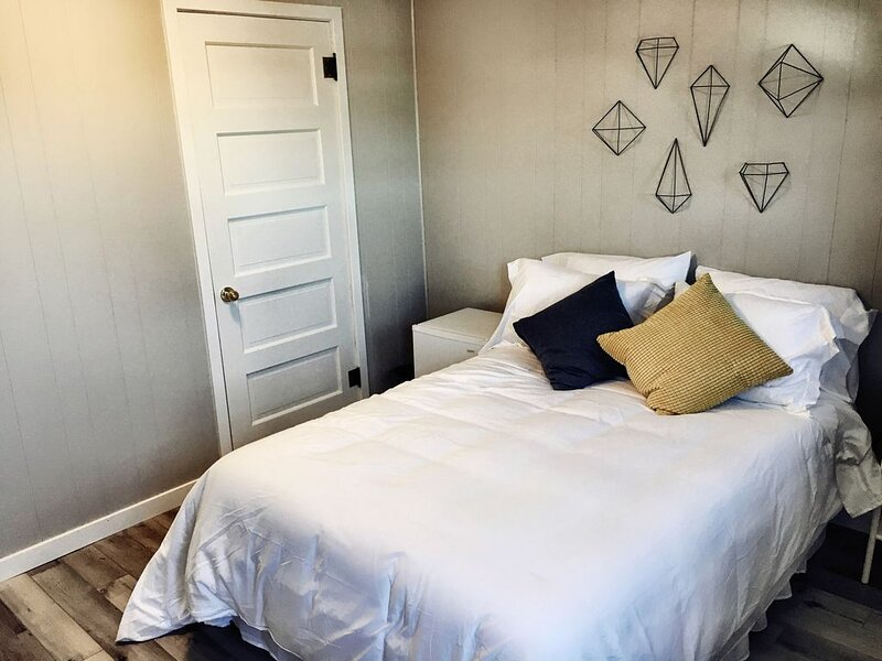 Full Bed 102 - THE LITTLE VILLAGE, alquiler de vacaciones en Madison