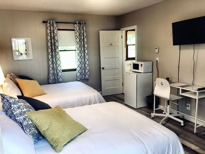 2 Full Beds 104 - THE LITTLE VILLAGE, alquiler de vacaciones en Madison