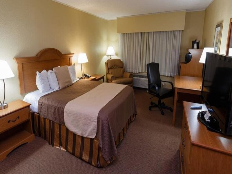 Norwood Inn Mankato - Luxury Suite 1 Queen Bed with Whirlpool Tub Non Smoking, holiday rental in Mankato