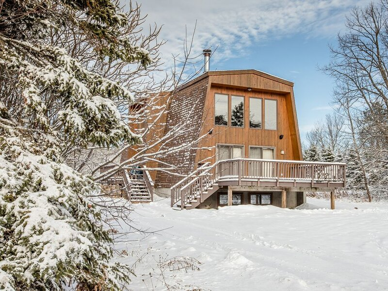 Vacation Home with All Glass Front Windows & Gorgeous View of Ski Hill, location de vacances à Bessemer
