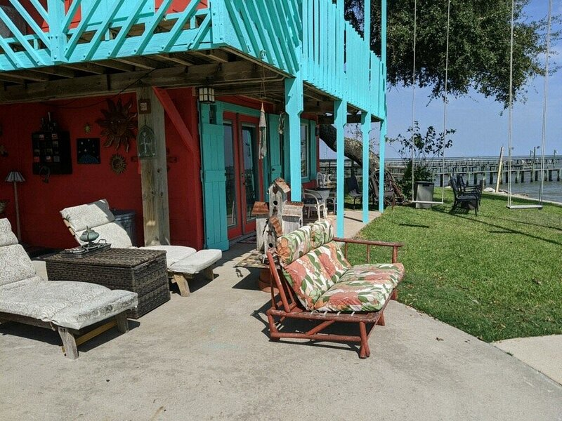 Private waterfront studio in Artists' home that was featured in Coast magazine!, holiday rental in Bacliff