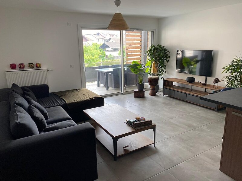 Spacious, bright and new - 2 bedrooms apartment - Chens Sur Léman, vakantiewoning in Nyon