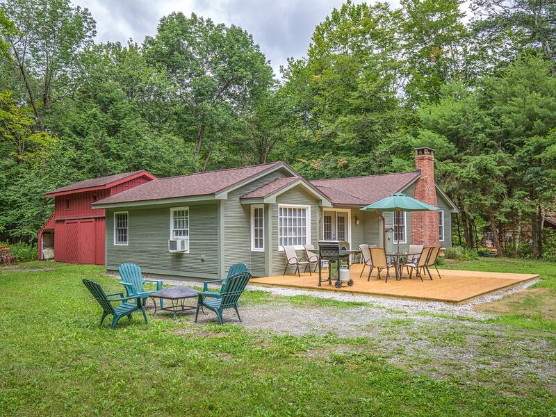 Berkshires Retreat & Respite ⭐️ Walk to the water. Peaceful, renovated property., holiday rental in East Otis
