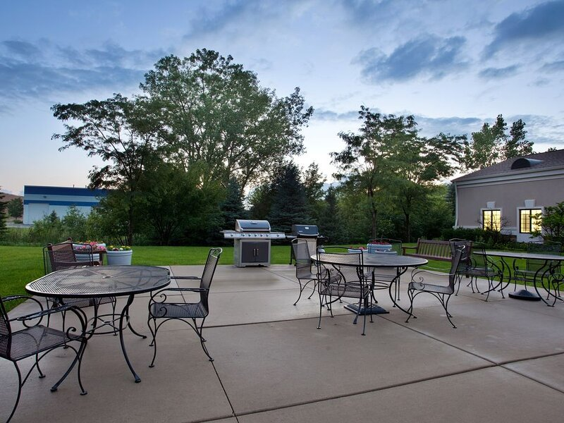 Great for Business Travel! Equipped Suite with Pool Access + Free Breakfast, holiday rental in Arlington Heights
