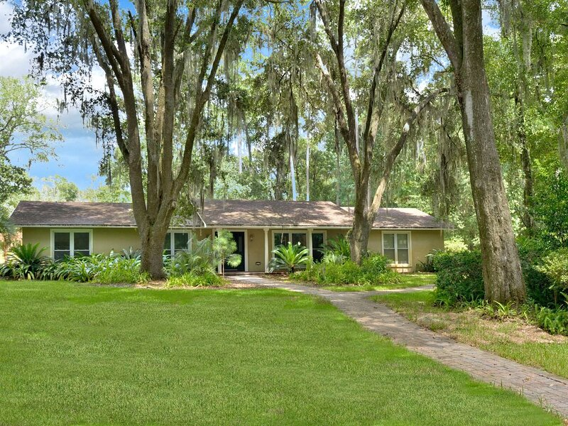 Hidden Lake Sprawling Home on Private Lake with optional Guest House close to UF, holiday rental in High Springs
