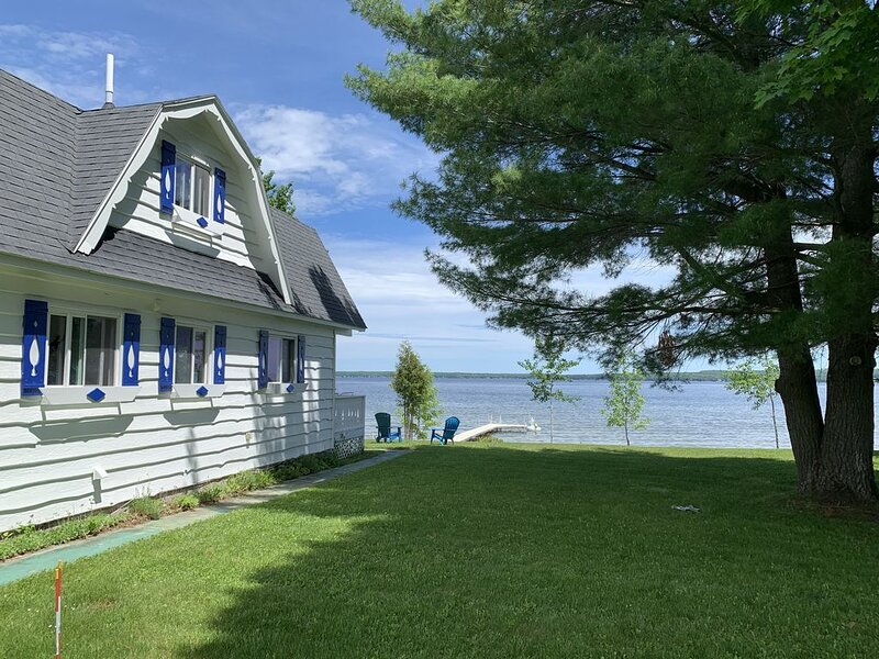 Enjoy all four seasons at the Swiss Chalet located on the shore of Burt Lake., location de vacances à Alanson