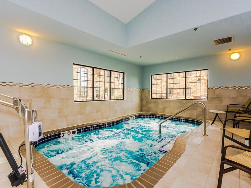 15 Min Walk to University of North Dakota. Free Breakfast. Indoor Pool & Hot Tub, vacation rental in North Dakota