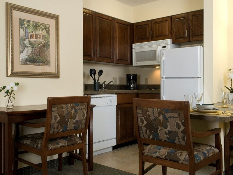 Equipped King Suite Near the Savannah Airport | Seasonal Pool Access, casa vacanza a Pooler