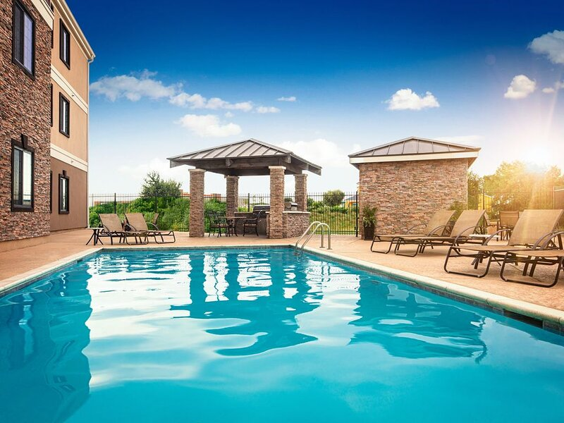 Complimentary Breakfast + Free Wi-Fi + Outdoor Pool | 30 Minutes from Six Flags!, location de vacances à Weatherford