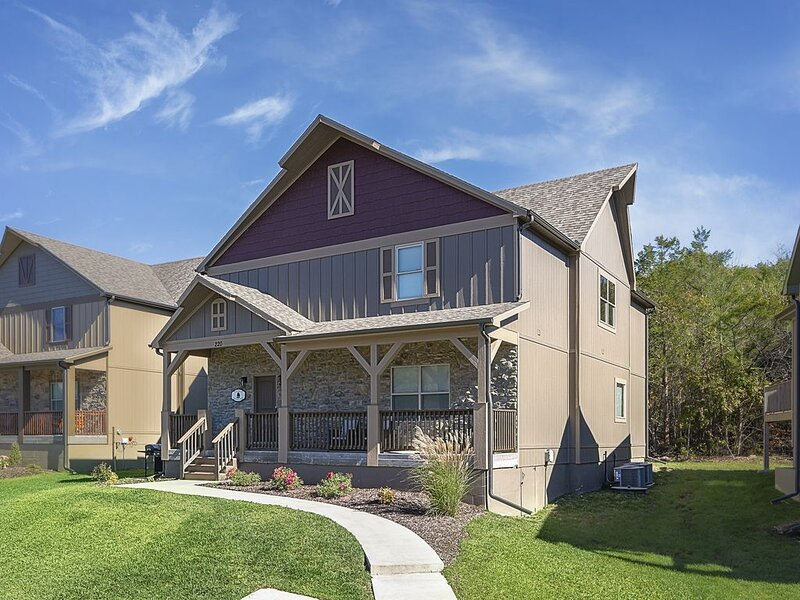 Beautiful New Home! King beds! 6 bedrooms  Sleeps 16! close to Lake, casa vacanza a Hollister
