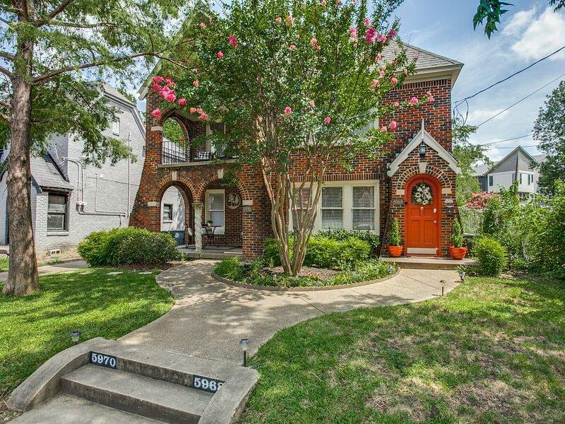 The Ascot of Dallas: Your Peaceful Tudor Cottage in Dallas – semesterbostad i Dallas