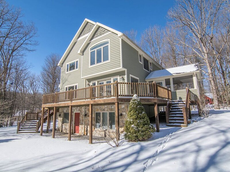 DOGS WELCOME! Lake Access Home w/Dock Slip, Hot Tub, & Indoor Community Pool!, vacation rental in Deer Park