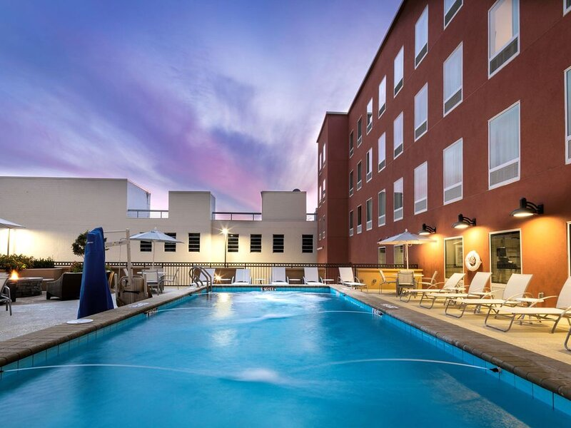 Free Breakfast. Outdoor Pool. Gym. Near Maxwell Air Force Base!, holiday rental in Montgomery