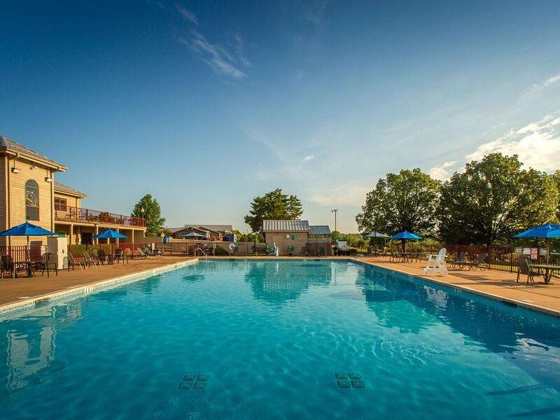 Villa Next to a Lake | 5-Hole Golf On-Site, Outdoor Pool, Mini Golf + More, alquiler vacacional en Potosi