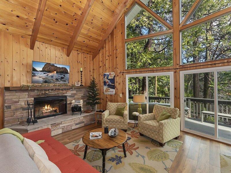 Luxury Mountain Escape- Walking Distance to Village!, alquiler de vacaciones en Skyforest