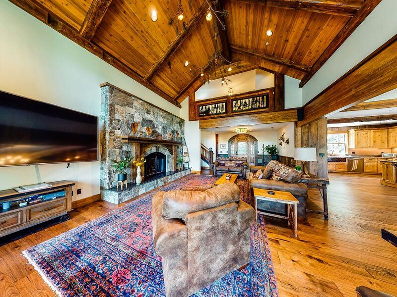 Luxurious mountain chalet w/ private hot tub & three fireplaces, close to skiing, holiday rental in Government Camp