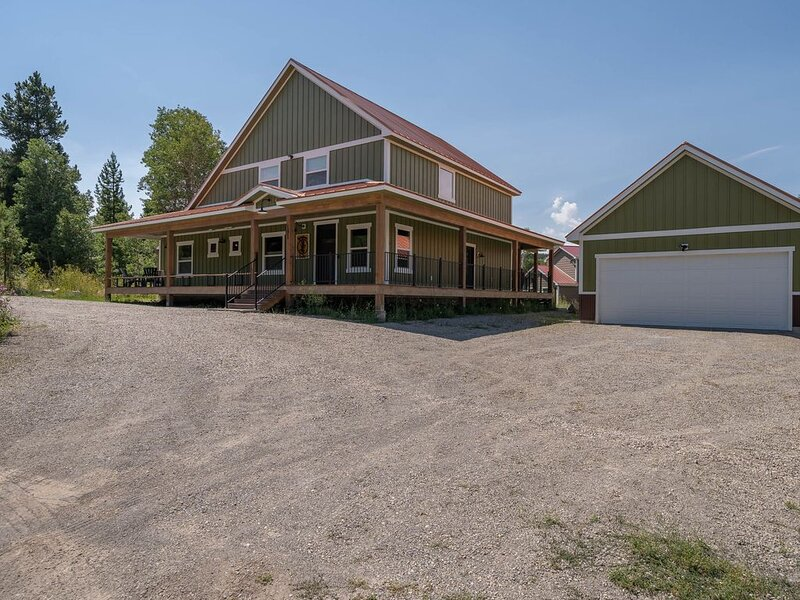 Beautiful new home w/large porch,  hot tub and heated garage, aluguéis de temporada em West Yellowstone