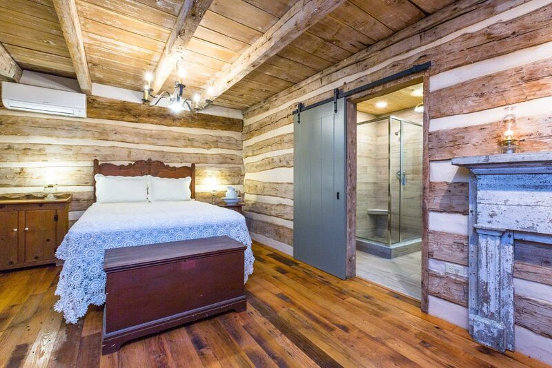 Inn at Meadowcroft, a restored 1795 Log Cabin, Margaret June Baylor-Swoope Suite, alquiler vacacional en Staunton