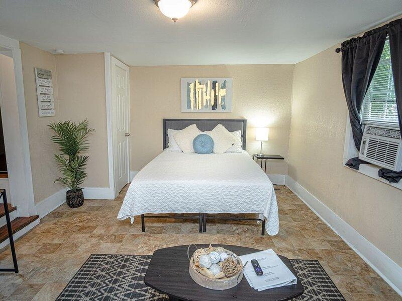 Virginia #B  San Antonio Guesthouse Near Downtown, holiday rental in Elmendorf