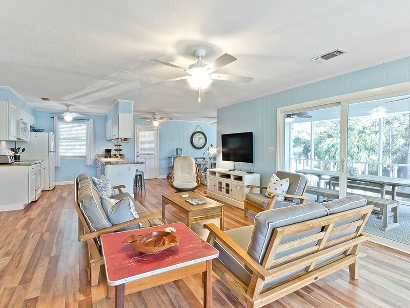 Large Beach Home Two Living Areas, Just steps to beach, location de vacances à Wilmington Island